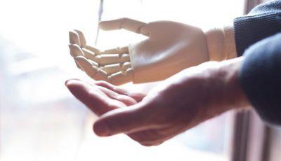 Un tânăr din Chișinău a inventat o proteză electronică, care poate fi dirijată cu puterea gândirii