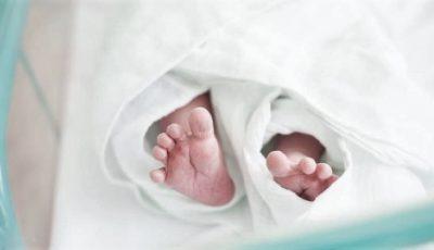 Bebeluș de trei zile, găsit într-o cutie din carton, într-o casă abandonată