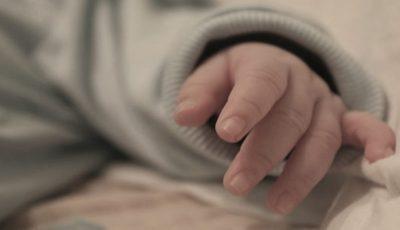 Tânăra care și-a abandonat copilul în scara unui bloc din Chișinău a născut singură, acasă. Mărturii cutremurătoare