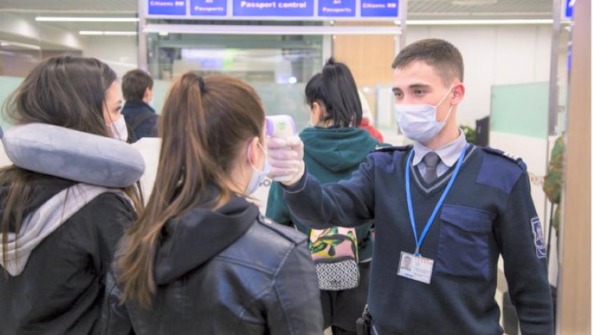 Foto: Termoscanerul de la Aeroportul Chișinău a depistat doi pasageri cu temperatură ridicată. Unde au fost transportați?