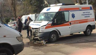 Grav accident în Capitală, cu implicarea unei ambulanțe. Cinci persoane au fost rănite