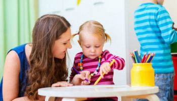 Părinții cer schimbarea metodelor folosite pentru adaptarea copiilor la grădinițe în Moldova