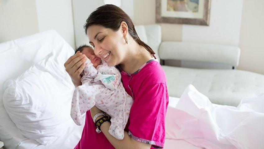 Foto: Gravidă cu cancer de col uterin, operată și tratată în timpul sarcinii. A născut un bebeluș sănătos