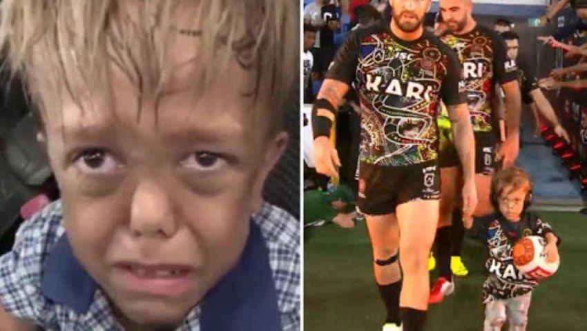 Foto: Băiețelul cu nanism care i-a spus mamei că nu mai vrea să trăiască, a condus pe teren echipa de rugby Indigeno