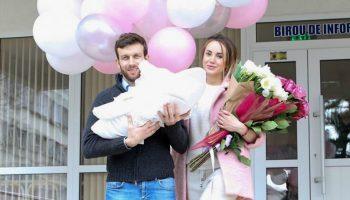Kătălina Rusu și fetița ei au ieșit din maternitate. Vezi ce nume au ales părinții!