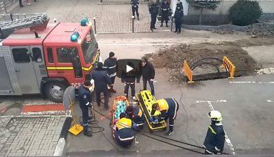 Video! O femeie din Bălți a căzut în gol pe acoperișul unui magazin. Momentul în care este salvată