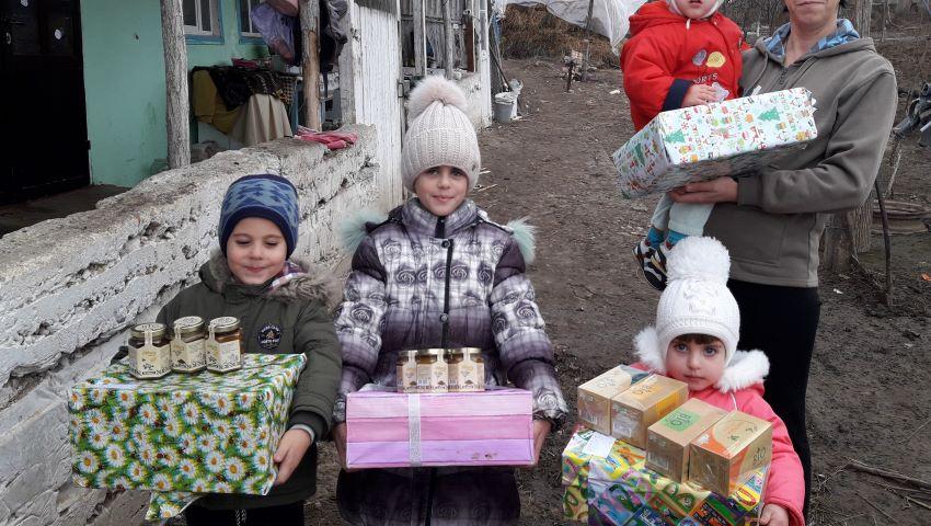 """Foto: """"Cadoul din cutia de pantofi"""" a adus zâmbete pe fețele a peste 3.500 de copii"""