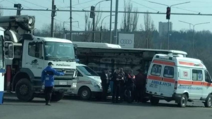 Foto: Accident violent în capitală. Un autobuz a intrat într-o ambulanță