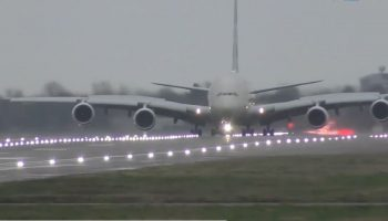 Video incredibil! Aterizare spectaculoasă a celui mai mare avion din lume, pe aeroportul Heathrow, lovit de furtună
