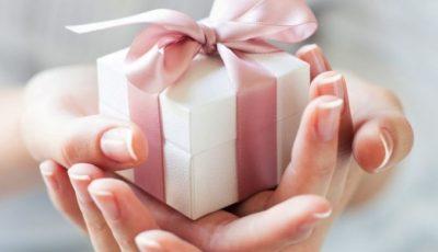 Noi reguli pentru funcționarii publici. În ce condiții vor avea dreptul să accepte cadouri?