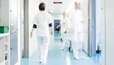 O femeie a murit pe holul unui spital, după ce a fost lăsată să aștepte 16 ore