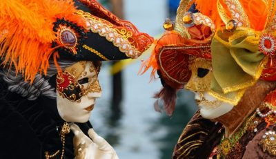 Foto! Un moldovean confecționează măști pentru Carnavalul de la Veneția