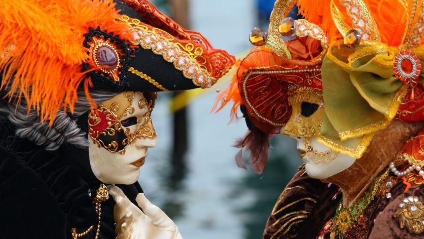 Foto: Foto! Un moldovean confecționează măști pentru Carnavalul de la Veneția