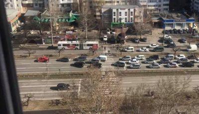 Circulația pe Bulevardul Dacia, blocată din cauza rafalelor de vânt. Foto