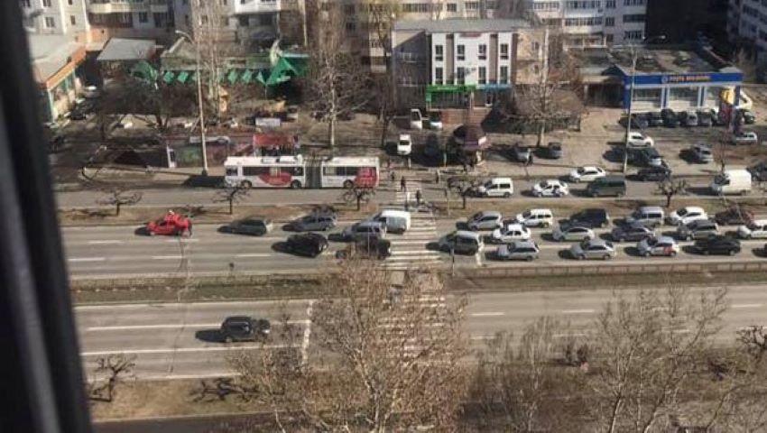 Foto: Circulația pe Bulevardul Dacia, blocată din cauza rafalelor de vânt. Foto