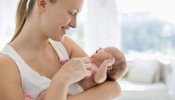 Bebeluș de o lună, înecat cu lapte, salvat prin telefon! Toți părinții ar trebui să știe acest lucru