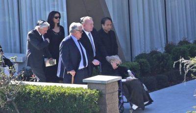 Kirk Douglas a fost condus pe ultimul drum. Soția sa, în vârstă de 100 de ani, răpusă de tristețe