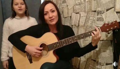 """Emoționant! Larisa și Patricia Dascăl, cântec la chitară: ,,Să stați acasă vă-ndemnăm, ca neamul nostru să-l salvăm"""""""