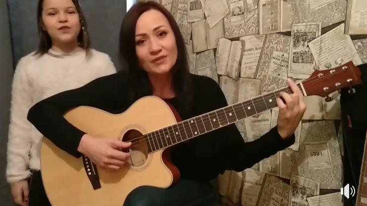 """Foto: Emoționant! Larisa și Patricia Dascăl, cântec la chitară: ,,Să stați acasă vă-ndemnăm, ca neamul nostru să-l salvăm"""""""
