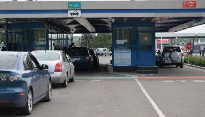 Vama Albița ar fi blocată, spun moldovenii care așteaptă să intre în țară