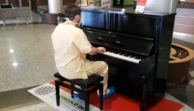 """Video viral în carantină: Un medic italian cântă la pian, în holul spitalului, """"Don't stop me now"""""""