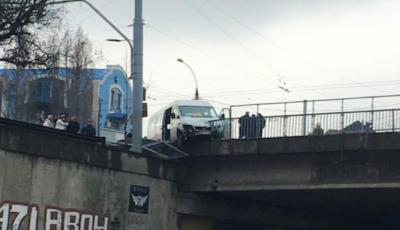 Un microbuz cu pasageri, la un pas de a se răsturna de pe un pod din Capitală