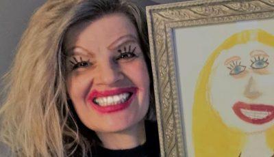 O mamă a înrămat portretul pe care fiica ei i l-a realizat, apoi s-a machiat ca să semene cu personajul din desen