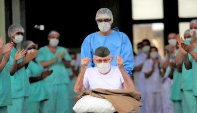 Un bărbat în vârstă de 99 de ani, externat în aplauzele personalului medical