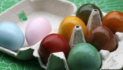 Ouă vopsite natural cu sfeclă roșie, turmeric sau cafea