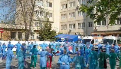 Video! Medicii din România au încins o horă în curtea spitalului: Împreună vom învinge