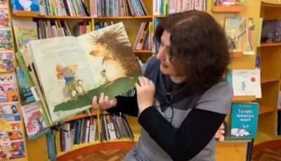 """Angajații bibliotecii """"Ion Creangă"""" citesc online povești pentru copii. Video!"""