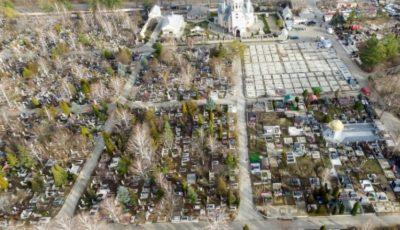 Într-un cimitir din Chișinău sunt săpate peste o mie de gropi pentru victimele Covid-19