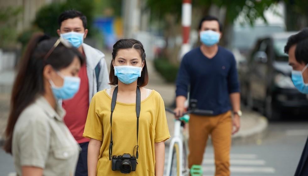 Foto: Nu ieșiți afară fără mască! Se pare că purtarea măștii face diferența la cifrele de îmbolnăviri