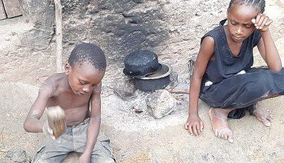 """O femeie din Kenya a pus la fiert pietre pentru copiii ei, sperând ca aceștia să adoarmă așteptând """"masa"""""""