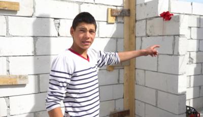 Un băiat de 16 ani îşi construieşte singur casa