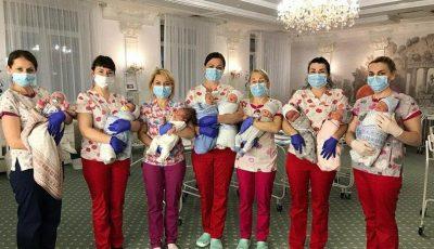 Peste 50 de bebeluși născuți din mame surogat nu pot ajunge acasă, din cauza carantinei. Asistentele s-au mutat cu ei într-un hotel