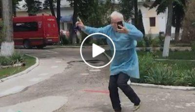 Video! Un bunic vindecat de Covid-19 dansează de fericire în curtea unui spital