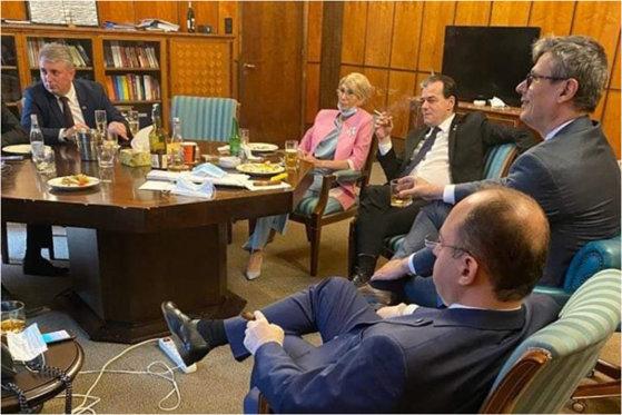Foto: Premierul României, amendat de poliție pentru nepurtarea măștii în spații închise