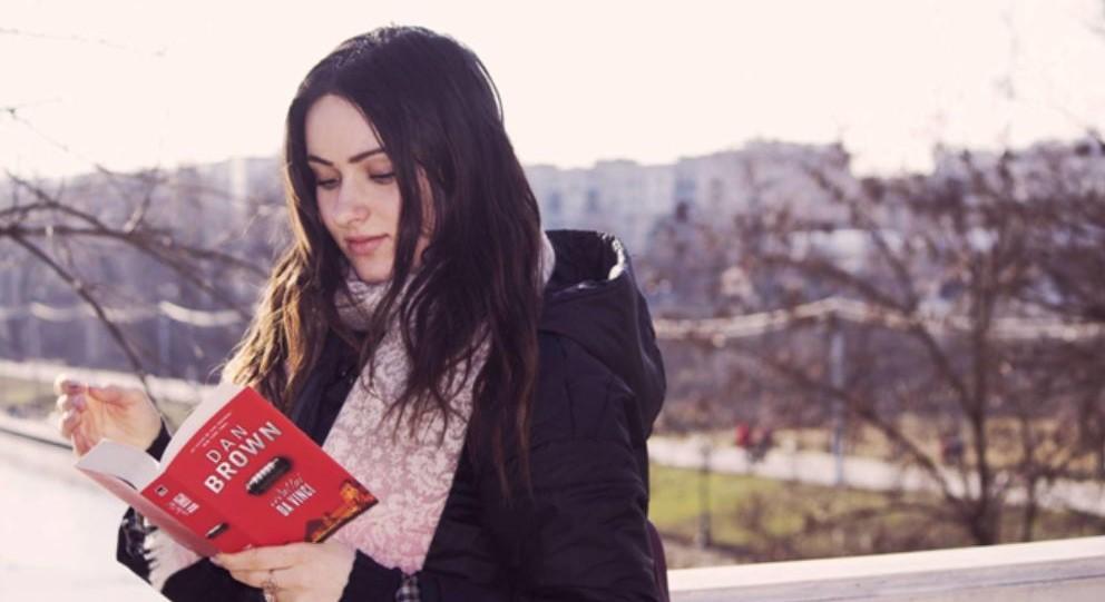 Foto: Mai citesc tinerii azi? Redescoperim frumusețea cărților și a lecturii prin ochii tinerei jurnaliste Victoria Surdu