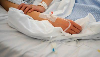 O femeie de 49 de ani, fără boli concomitente, a decedat de pneumonie Covid-19, evoluție gravă