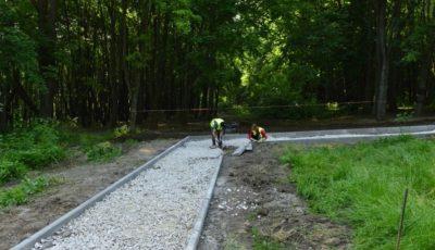 """În sectorul Buiucani, a început amenajarea unei zone pietonale din Pădurea-parc """"Butoiaș"""""""