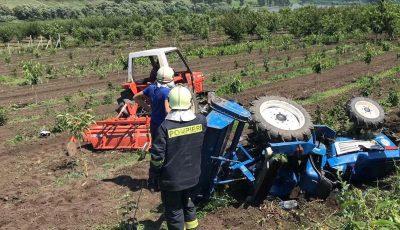 Un copil din Sadova a ajuns la spital după ce un tractor s-a răsturnat peste el