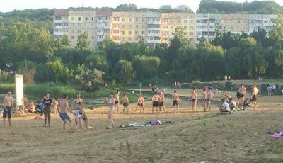 """Chișinăuienii fac plajă pe nisipul fierbinte din parcul ,,La izvor"""""""