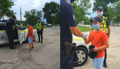 Polițiștii l-au iertat pe un băiețel așezat pe bancheta din față și i-au oferit un cadou pentru că era ziua sa de naștere