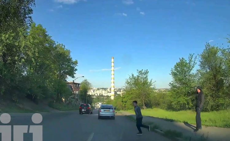 Video terifiant! Un tânăr, spulberat de o mașină pe strada Vadul lui Vodă din Capitală