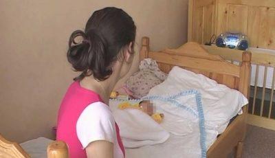 O adolescentă de 14 ani a devenit mamă chiar de ziua copilului