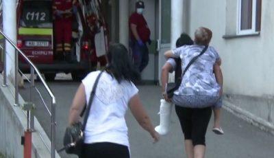 O tânără și-a cărat mama bolnavă în spate până la ușa spitalului