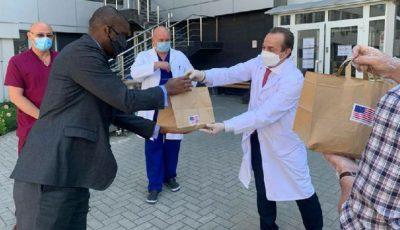 Ambasadorul SUA a donat 80 de pachete cu prânzuri lucrătorilor medicali