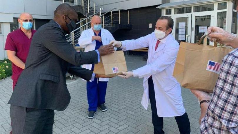 Foto: Ambasadorul SUA a donat 80 de pachete cu prânzuri lucrătorilor medicali