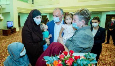 O moldoveancă și cei patru copii ai săi, ajutați de Igor Dodon să ajungă acasă din Siria